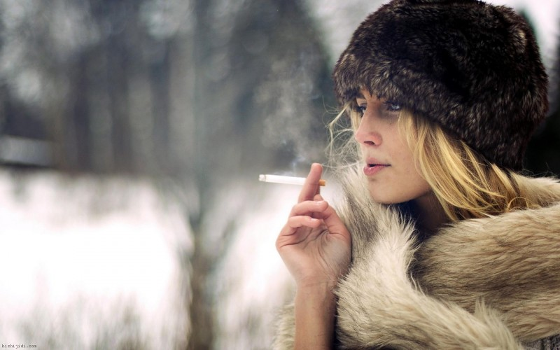 blondes-women-smoking-nature-winter-season-models-cigarettes-hats-fur-coat-fur-hats-girls-smoking-background-573026