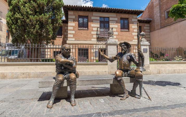 O statuie cu Don Quijote de la Mancha și Sancho Panza tronează în fața casei unde a locuit Miguel de Cervantes