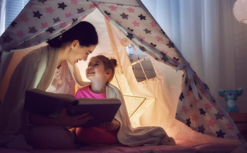 Mamă și fiică bucurându-se împreună de lectură